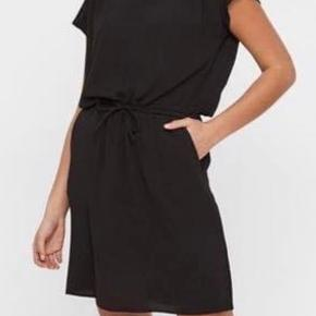 OBS kjolen er mørkeblå - de sorte er for at vise modellen på 🌸