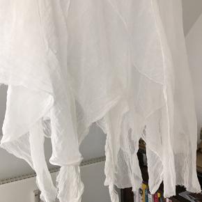 Smuk boheme bluse med de fineste detaljer, købt i Free People i USA i sommers (mærket klippet ud). Blusen har de fineste detaljer og er lidt fe-agtig 🌞🍁🌱🌻🦋🧚♀️ Perfekt til festival, ceremoni, eller bare til at fuldende boho-looket ✨