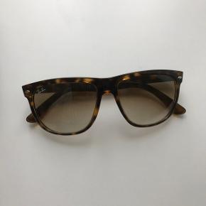 """Rigtig fine solbriller, næsten aldrig brugt, og derfor i rigtig fin stand ☺️ Modellen hedder """"Justin"""". Etui medfølger!"""