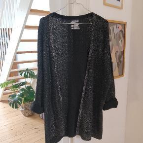 Super lækker oversize cardigan fra Just Female med glimmereffekt ✨ Brugt få gange og passet godt på. One size.