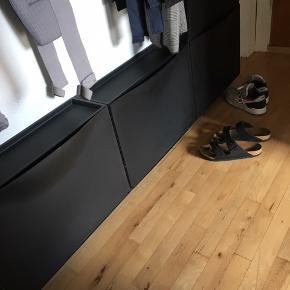 Har 5 Ikea skoholdere i sort. De har almindelig brugsspor, i form af få ridser. En enkelt har et lille gap i lukningen. 40kr pr stk eller 150 kr samlet. måler 51 x 17 x 39