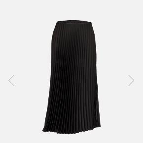 Lang plisseret nederdel fra Neo noir i helt perfekt stand (aldrig brugt). Fitter xs/s