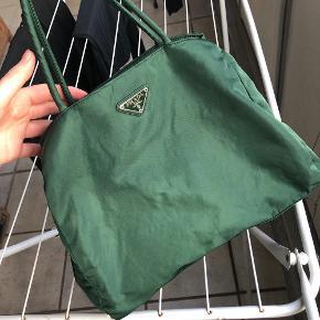Prada taske i smuk grøn farve! Pæn stand, blot lidt krøllet som rettes ud ved brug eller dampning  31x25x10  Sælges ved rette bud