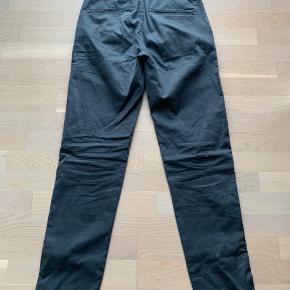 Joe slim chino fra knowledge cotton i en mørk blå farve. Passer godt til alle dags brug med skjorte eller t-shirts. Fejler intet Str 29/32