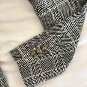 Super fin Basic blazer fra Zara et par år tilbage.  Passer en normal str S og har diskrete skulderpuder, hvilket giver den et lidt mere struktureret look.  Alle knapper er der stadig og den har ellers ingen tydelige tegn på slidtage