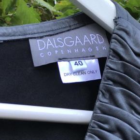 Varetype: Tunika Farve: Sort Oprindelig købspris: 8500 kr.  Elegant sort skind tunika / kort kjole fra Dalsgaard Copenhagen i str 40  Ærmerne er 3/4, 2 sidelommer , tunikaen er ikke foeret Overdelen er i det blødeste lækre skind man næsten kan købe, se billeder  Betaling : MobilePay  Forsendelse forsikret via DAO