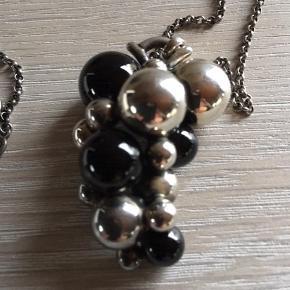 """Det store Moonlight Grapes vedhæng i oxyderet sterlingsølv med sort agat samt tilhørende 90 cm lang ærtekæde med smuk bidsellås. Jeg har kategoriseret det i """"god men brugt"""", da det har været på 6-7 gange, men der er ingen ridser foran på hverken sølvet eller de sorte agater. Vedhænget måler 4,5 cm. Bytter ikke."""