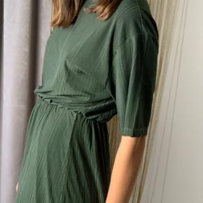Smuk kjole fra Moss i den smukkeste mørkegrønne farve. Kjolen har været flittig brugt, men har været pakket ned de sidste par måneder.    Kan afhentes i Ordrup eller sendes på købers regning 🌸