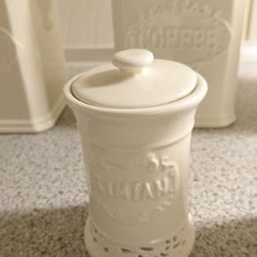2 stk retro krydderi krukker i porcelæn Timian og basilikum. 8/10 cm høje Prisen er for dem begge