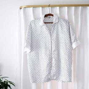 Smukt vintage piece: Denne polkaprikkede bluse, i et silkeagtigt materiale.  Den kan knappes eller styles åbent.  Har et oversized look, så et også oplagt til layering!  #tuesdaysellout