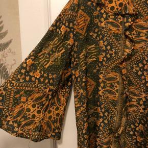 Sælger denne super smukke kjole fra Sissel Edelbo 🧡 Den går til lige over knæene/omkring knæene. Har været super glad for den, og brugt den af og til i perioder, men den fejler ikke noget som helst, da jeg har passet rigtig godt på den. Str M/L