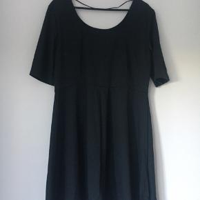 Super flot kjole med vidde i skørt og pyntelommer på forsiden. Slankende model. I kvalitetsjersey og stretch. Sidder rigtig godt.