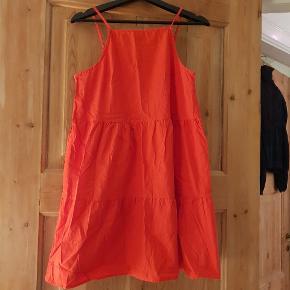 Fin rød A-line kjole fra Asos. Er lidt kort, men sød over bukser eller en varm sommerdag. Passer bedst en xs-s.