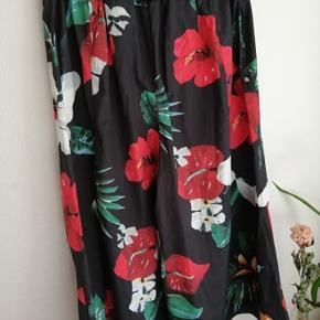 Vintage højtaljede flowerbukser med fint bælte i sort. Aldrig brugt, uden mærke. Måler ca. 80 cm i længden