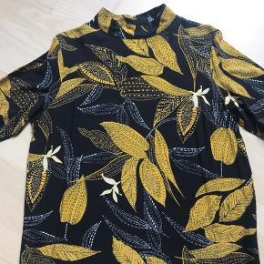 Smuk bluse fra DEFINE. Brugt få gange. 100 % viskose Er lidt lille i størrelsen så den svarer til en str. M/L