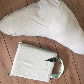 Matchende ammepude og junior sengetøj fra Manostiles. Ammepuden er brugt, men betrækket er nyvasket. Sengetøjet er ubrugt og uåbnet.  Prisen er for begge ting