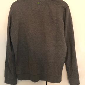 Hugo Boss sweatshirt Str: large men passer en medium Cond: 7  Nypris var: 1000,-  Har en masse andet til salg tag gerne et kig