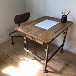 Det skønneste gamle børnemøbel som min søn desværre er for stor til 😔Bord og stol er forbundet. Kan reguleres i højden og sædet kan dreje 👍 Pris 750,- kr.