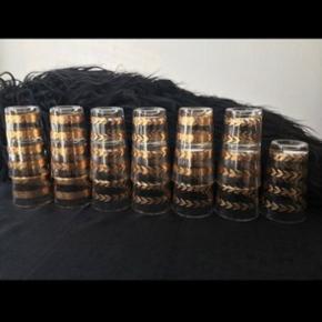 13 stk indiske glas med guldmønster - 2 forskellige mønstre.  Mål; 10 cm høje. 5,7 cm bredde.  Sælges kun samlet og ved afhentning.