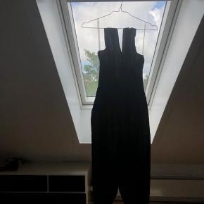 Den er brugt en enkelt gang.  Mærke: Guess by Marciano  Den er 96% silke:)