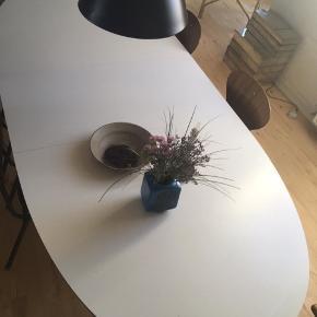 Dejligt spisebord fra Bolia med to tillægsplader, der er meget nemme at klikke på. Den tillægsplade er sat på på billedet og den anden af pladerne har to små skrammer ( se sidste billede) 180x 100 uden tillægsplader. Tillægsplader 50x100