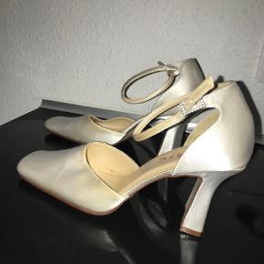 Brand: Rainbow Varetype: Brude sko Farve: Hvid  Brudesko i satin Brugt en enkelt aften ;) Trænger til en rens eller evt indfarvning