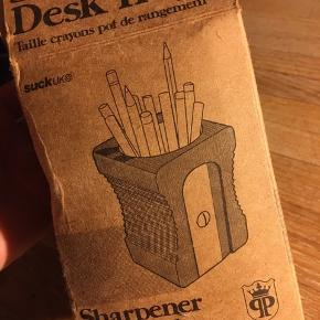 Sharpener Desk tidy, SuckUK, blyantholder i træ udformet som en blyantspidser. 9x12cm. Aldrig brugt - stadig i æske. 100kr Kan hentes Kbh V eller sendes for 40kr DAO