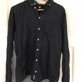 Lækker blød herreskjorte (Pelham shirt) i str. L. Materiale: 100% bomuld