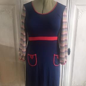 Den dejligste blå Du Milde kjole med stribede ærmer og flotte røde detaljer. BM 45 x 2 - L 97 cm. Sender gerne 🌸