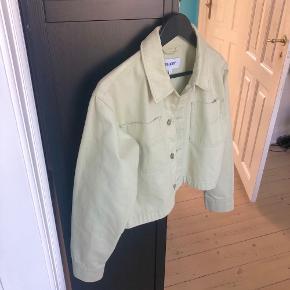 Fed cropped, lidt oversized, denimjakke fra Weekday! Har den flotteste mint grønne farve 🌸  Har aldrig brugt den, og den fremstår derfor helt som ny. Jeg er normalt str. S/M og er 166 høj.