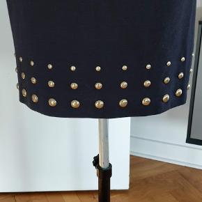 Meget flot kjole, brugt et par gange, er som ny, fejler intet, er XS men passer til 36 str. stof tilpasser sig til kropen. Lukker med linlås bag på. Farver mørk lilla. Bryst-82 , længden-89 mp.800