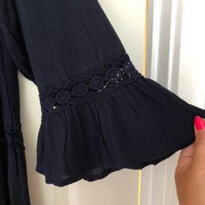 Fin kjole i viskose/bomuld med blondebånd isat. Boho-agtig med en del vidde. Bm ca 2x60 cm Hel længde ca 98 cm Bytter ikke