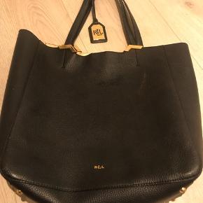 Brugt få gange super lækker taske i en fin faux læder kvalitet med en kontrast farvet guld inderside.