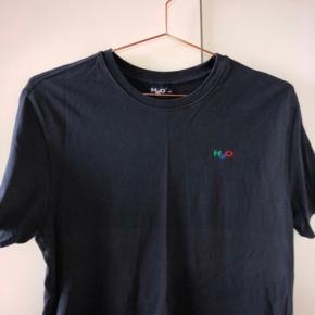 fin mørkeblå h2o t-shirt. Er kun brugt i en kort periode og er derfor i god stand.  Tager gerne imod bud:)