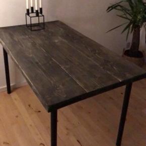 Plankebord i mørkt råt træ med justerbare ben i aluminium. God til den mindre lejlighed/stue. Er ca. 130 cm langt og ca. 72 cm bredt.  Transparente tobias stole fra ikea kan tilkøbes billigt, hvis det har interesse.   Bordet har lidt stearinpletter, men kan fjernes med lidt let slibning. Bordet og evt. stole skal bæres ned fra 3. sal i Hvidovre.