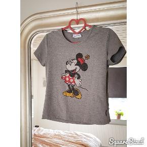Super fin T-shirt med palietter fra Disney land Paris.  * OBS - Jeg fjerner altid mine annoncer efter salg, så hvis den forsat figurer på min side, så er annoncen stadig aktiv *