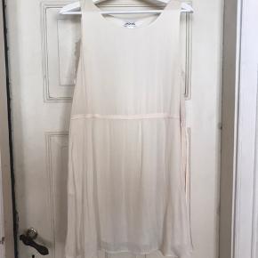 Justerbar monki-kjole i silke. Brugt et par gange, byd!