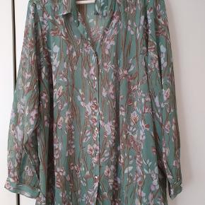 Flot skjorte i 100% polyester. Brystvidde 136 cm Længde 80 cm Er som ny.  BYD gerne - kig forbi mine andre annoncer og spar penge på også på portoen 😉