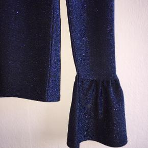 Fin, skinnende blå trøje fra Envii. Mega cool spacey look. Den tilpasser sig kropsformen. Er blevet brugt 1-2 gange