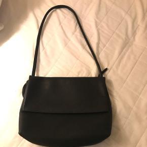 Stor Yvonne Koné large Ketty bag - fremstår som ny, brugt en enkelt gang. Nypris 3600 kr. Kan sendes via DAO eller hentes på Nørrebro. Fragt betales af køber.