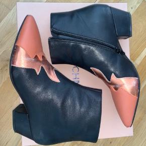 Sælger de her super fine støvletter fra Sofie Schnoor. De er gode at gå i, jeg får dem bare ikke brugt. De er vitterligt brugt 2 gange, men desværre er den slags materiale der er brugt meget skrøbeligt og derfor er det umuligt at undgå de revner der kan ses på billederne (i det skinnende læder). Der kommer revner der hvor skoen bøjer og enkelte slidmærker der hvor skoene nogle gange støder mod hinanden. Dette kan alt sammen ses på billederne, og det er ik noget man lægger mærke til når først man går rundt med skoene på :) dette er dog grunden til at prisen er sat så billigt! Nyprisen er 1600kr, sælges for 800! Kan sendes for 46kr eller hentes i kgs lyngby :)
