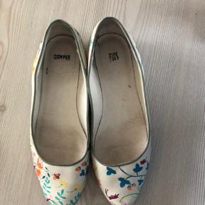 Smukke sko fra Campers twins kollektion. Ens men ikke helt ens.  Sjældent set  Nypris 1099kr