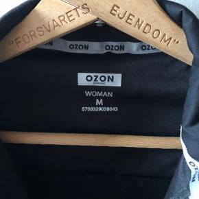Flot sportsjakke fra Ozon, perfekt til en løbetur, da den også har reflekser. Passer en str. S - M.  Kan sendes på købers regning.     #trendsalesfund