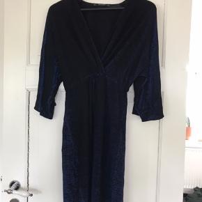 Flot party kjole fra Zara i sort/mørkeblå. Kjolen er sort med indsyet blå shimmer tråd, hvilket giver den en festligt look.   Lidt svært at se ordentligt på billederne.   Str. S