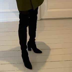 Flotteste ruskinds over the knee boots fra Stuart Weitzman. Hælen er chunky, 10 cm, de er stramme/elastiske i skaftet og har justerbar snørre bagtil. Nypris ca 7000 og brugt få gange og sælges kun hvis jeg kan få Prisen for dem. Passer normal 38 og man går virkelig godt i dem. Gummi sål.