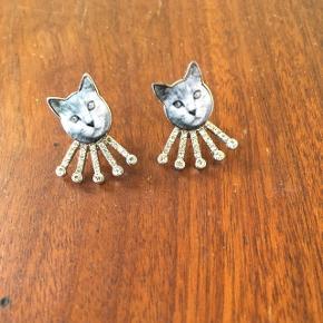 Monki øreringe - katte. Aldrig brugt. Ca 1,5 cm lange