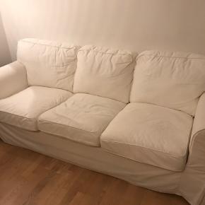 IKEA Ektorp sofa kan afhentes gratis i Aarhus C.  Har været dækket over det meste af sofaen, så puderne er fortsat pænt hvide. Derimod er armlænene beskidte. Betrækket kan vaskes. Der kan dog også købes nye betræk i IKEA. Skal bæres ned fra lejligheden svarende til 2. sal (lejlighed i plan 3, hvor plan 1 er det nederste)