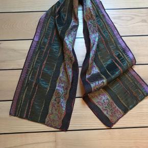 Tørklæde L: 150 cm og B: 29 cm. Passer godt til den Bojsen frakke jeg også har til salg.