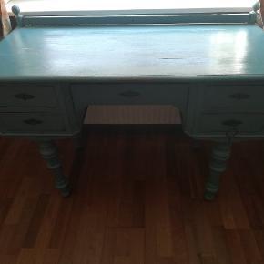 Skrivebord i blå farve, sælges pga. flytning. Mål - h: 74 cm, d: 53 cm, l: 107 cm