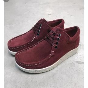 Lækre bordeaux Nature footwear sko. De er aldrig brugt og koster 1000kr fra ny 😊